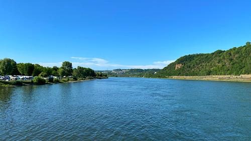 Blick von Deutschen Eck in Koblenz stromabwärts