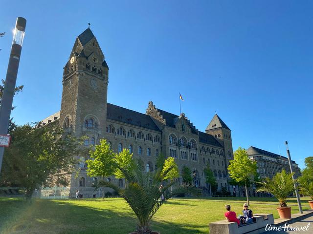 Blick auf das Preussische Regierungsgebäude in Koblenz vom Rheinufer aus